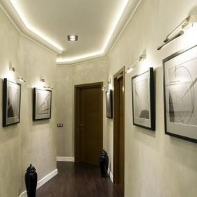 Éclairage LED de peintures sur la paroi du couloir