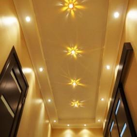 La conception du plafond dans un couloir étroit