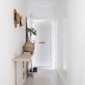 Étagère simple sur le mur du couloir