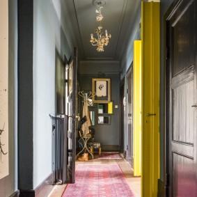 Portes jaunes du couloir au salon