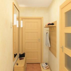 Porte jaune clair à l'entrée de l'appartement