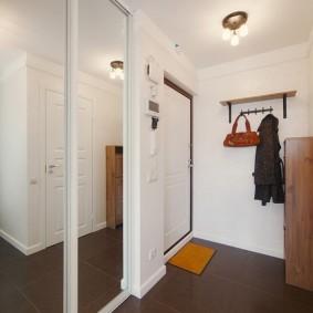 Cintre ouvert avec une étagère en bois