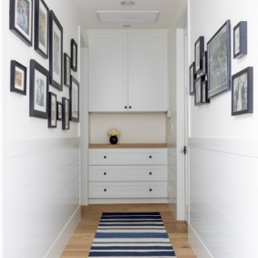 Photos sur le mur du couloir