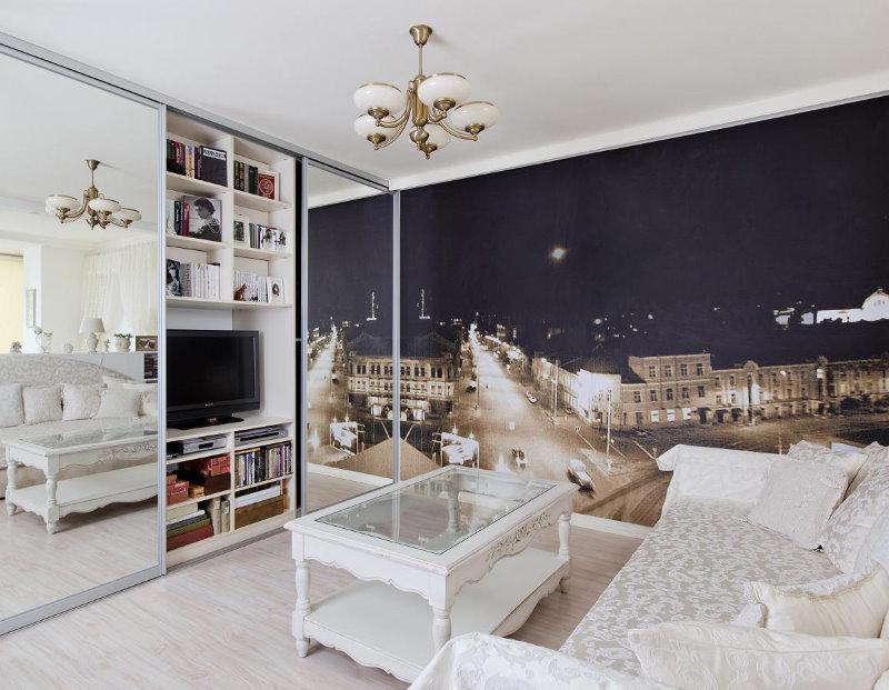Petit salon avec des peintures murales sur le mur