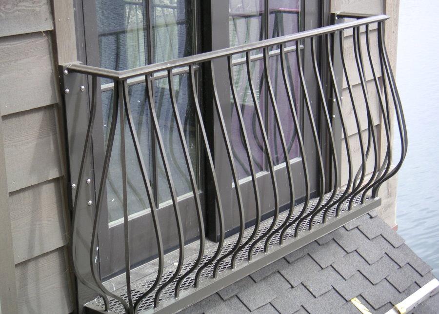 Un exemple de clôture française sur la façade d'un immeuble résidentiel