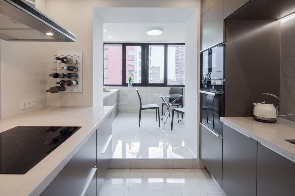 Plancher de cuisine brillant avec balcon