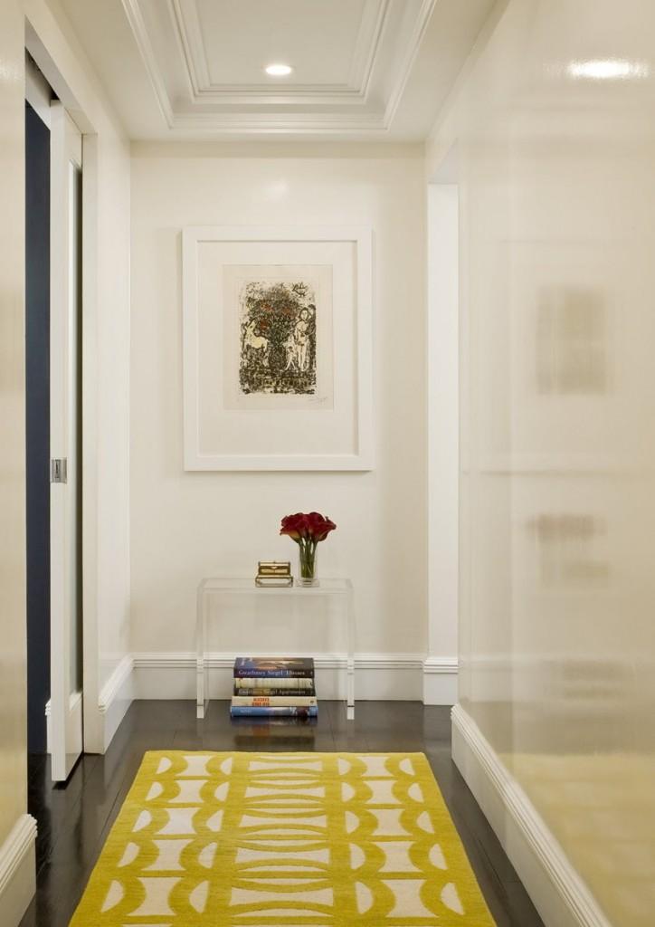 Motif jaune sur un tapis dans un long couloir