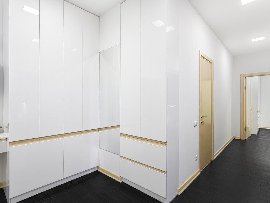 Façades de meubles brillantes dans un couloir lumineux