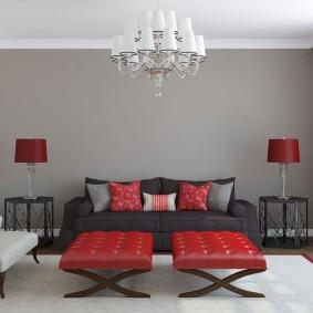 Meubles rouges dans une pièce avec un mur gris