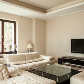 Coin salon avec murs beiges