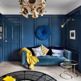 Canapé bleu dans le salon