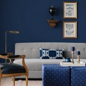 Meubles gris sur fond de mur bleu