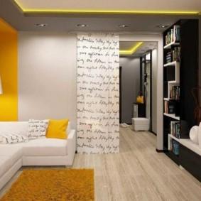 Accents jaunes à l'intérieur du hall de l'appartement