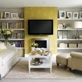 Télévision noire sur le mur jaune