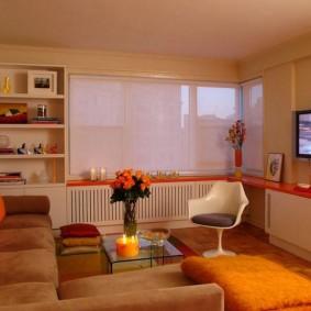 Étagère orange dans le salon