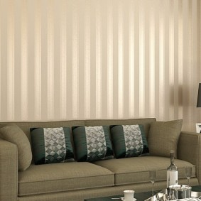 Rayures verticales sur le papier peint de la pièce