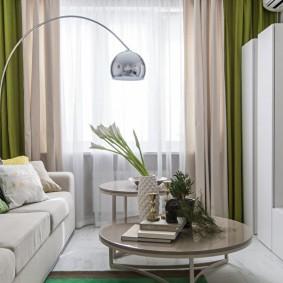 Rideaux bicolores dans le salon d'un appartement de deux chambres