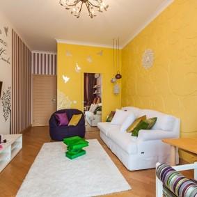 Canapé blanc près du mur jaune
