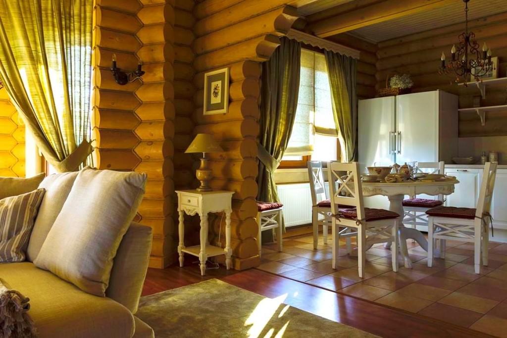 Cuisine-salle à manger dans une maison de campagne en rondins