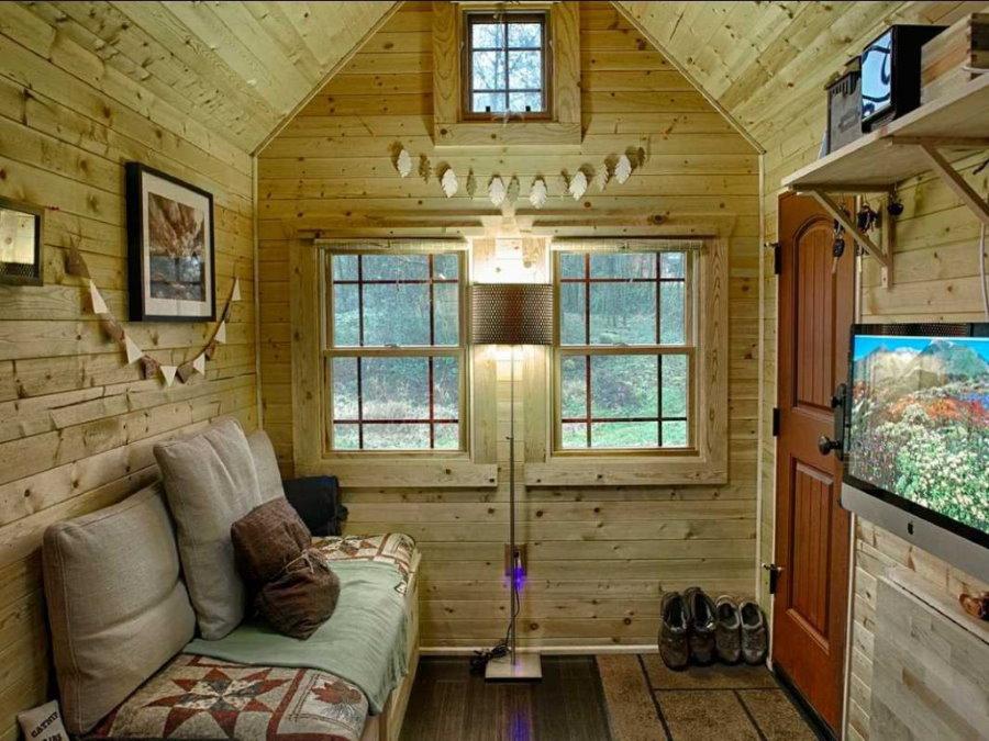 Maison d'été confortable avec une télévision devant le canapé