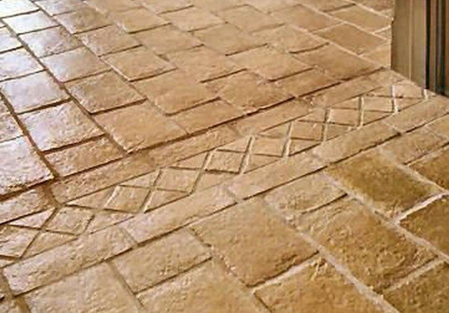Carreaux de pierre dans le couloir d'une maison rurale
