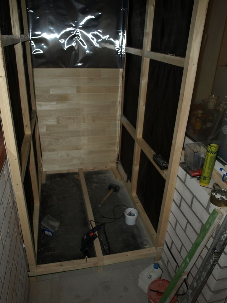 Construction d'un cadre mural pour un sauna sur le balcon