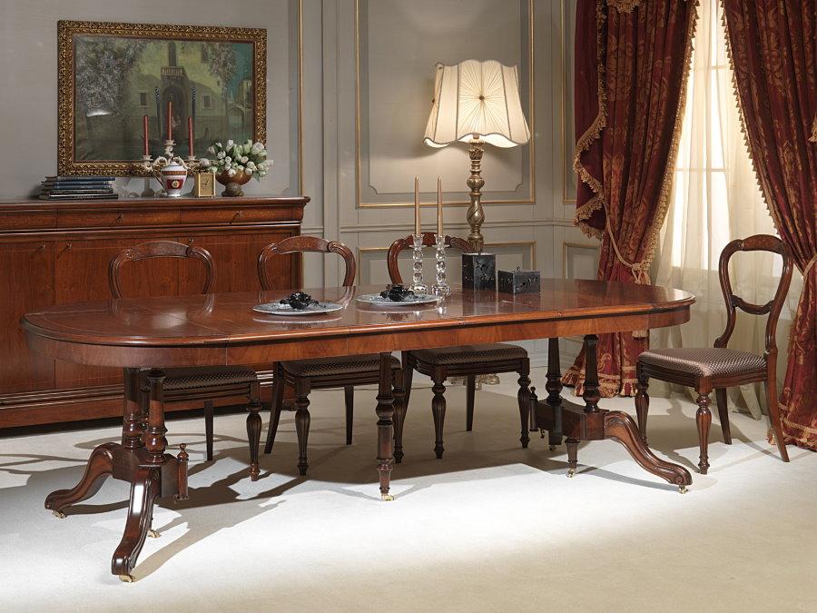 Table extensible en bois dans la salle de style classique