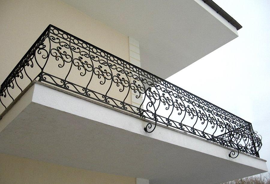 Garde-corps d'un balcon ouvert avec des éléments forgés