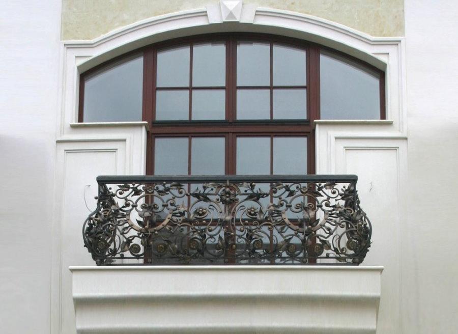Garde-corps forgé sur le balcon de la maison aux murs blancs