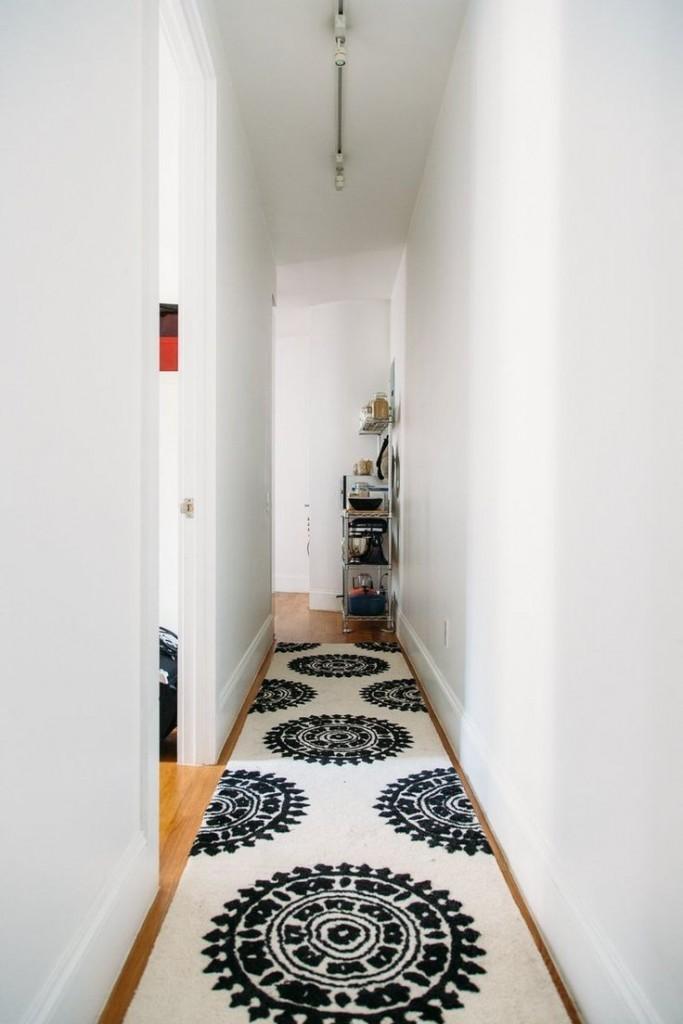 Un long tapis dans un couloir très étroit