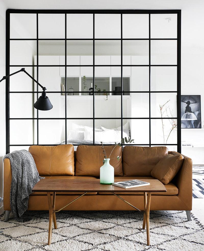 Canapé en cuir devant une cloison en verre