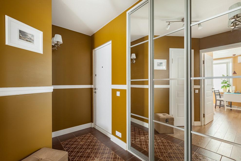 L'intérieur du couloir avec des murs peints