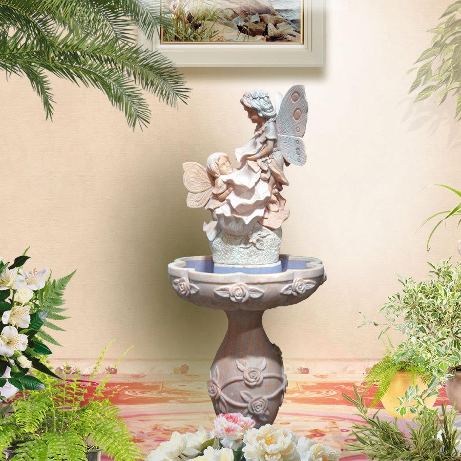 Belle fontaine contre le mur du salon