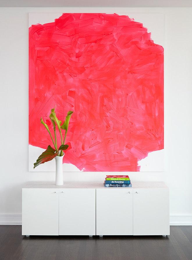 Abstraction rouge sur le mur blanc du salon