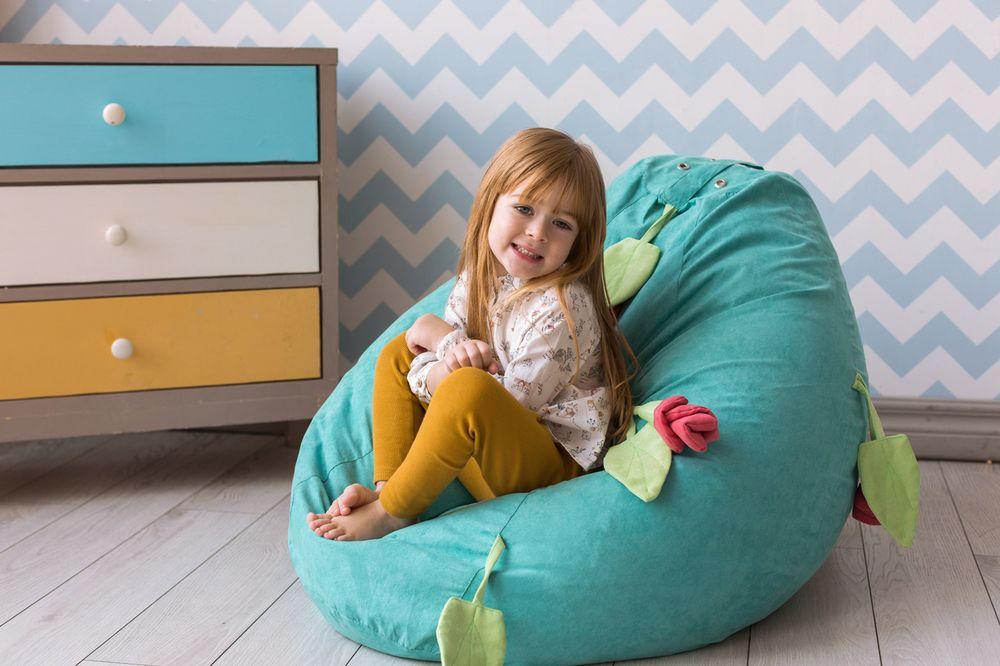 Petite fille dans une chaise sans cadre douce