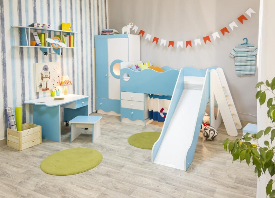 Lit enfant avec toboggan dans un ensemble de mobilier modulable