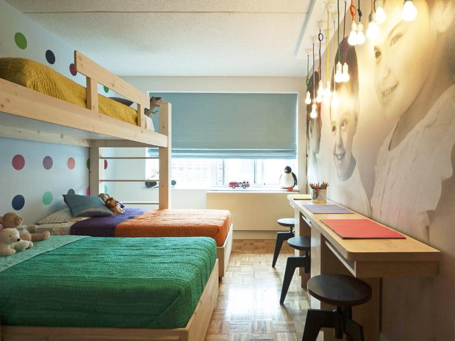 Couettes de différentes couleurs sur les lits d'enfants hétérosexuels.