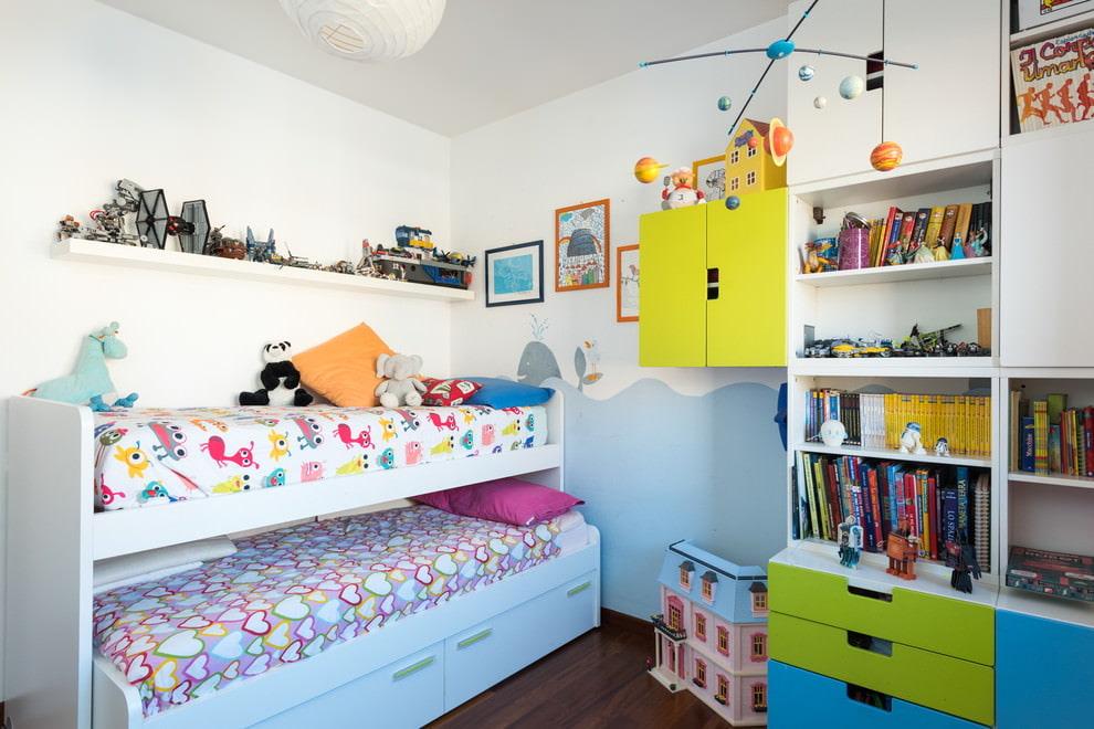 Lit gigogne dans une petite chambre d'enfant