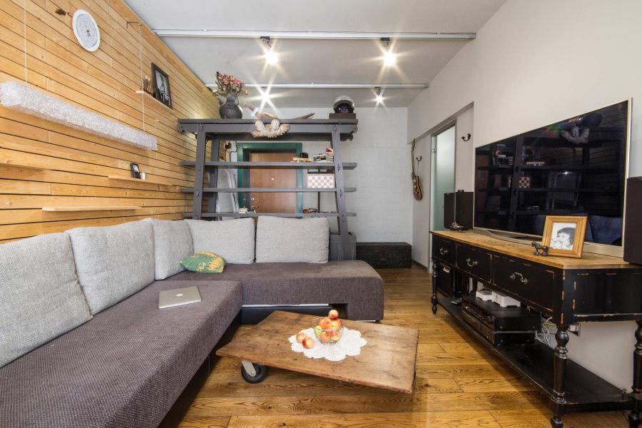 Petit salon avec garniture en bois