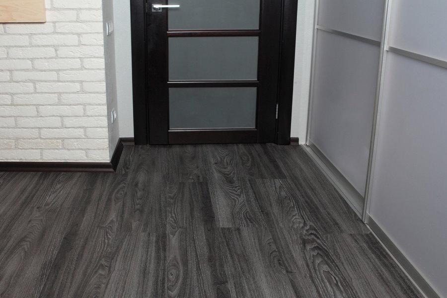 Stratifié gris dans le couloir avec penderie