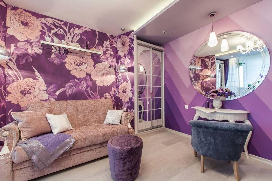 Papier peint lilas dans une pièce avec un grand miroir