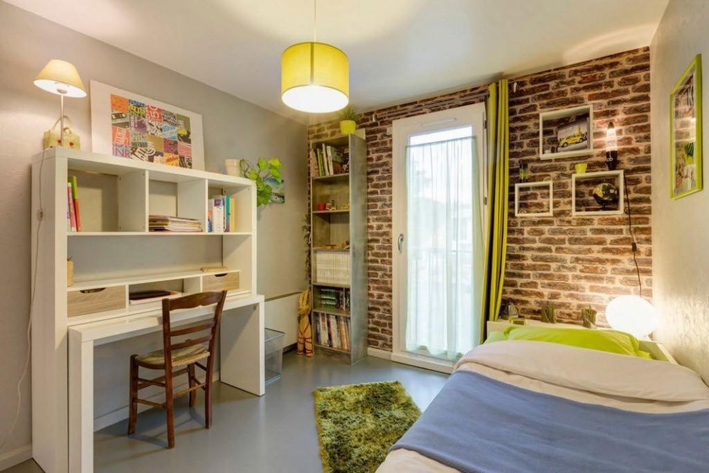 Chambre de style loft avec papier peint en brique