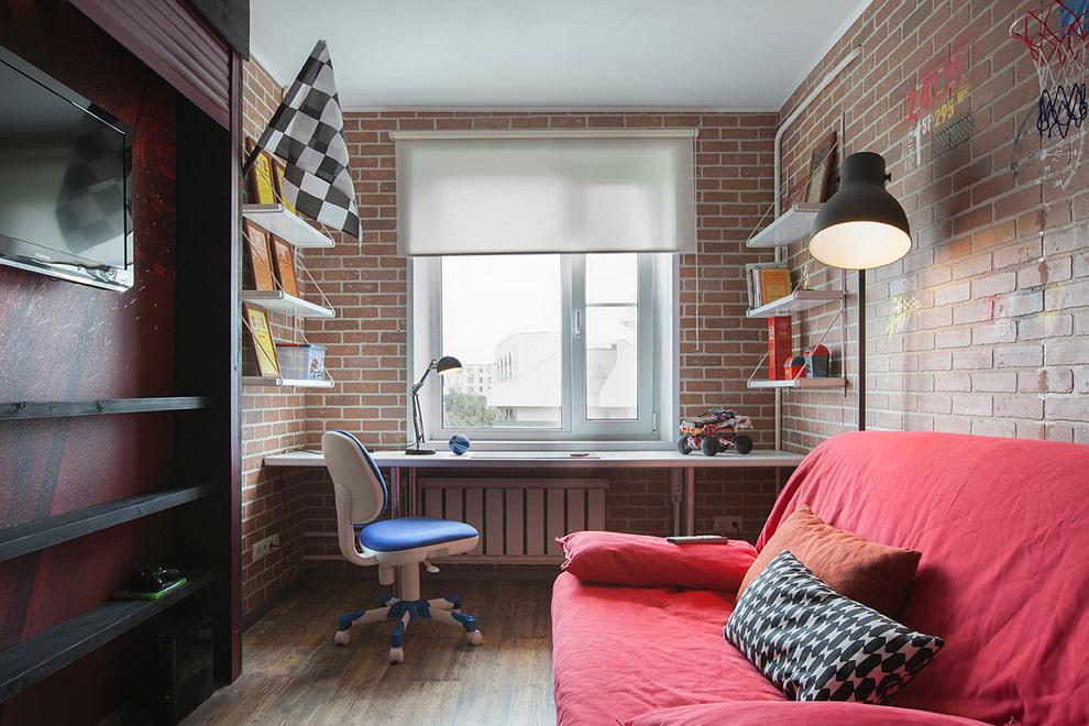 Table pour les occupations le long de la fenêtre des enfants dans le style loft