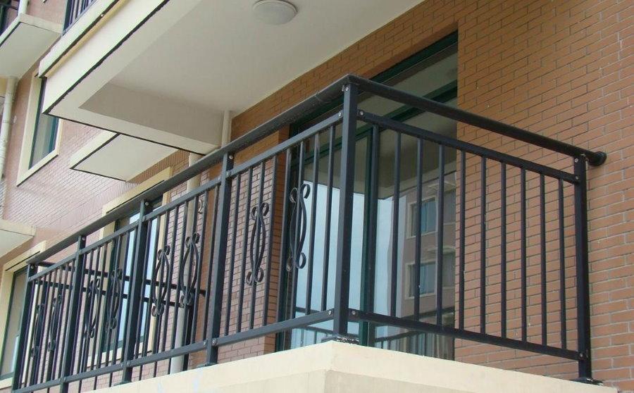 Garde-corps en métal sur le balcon ouvert