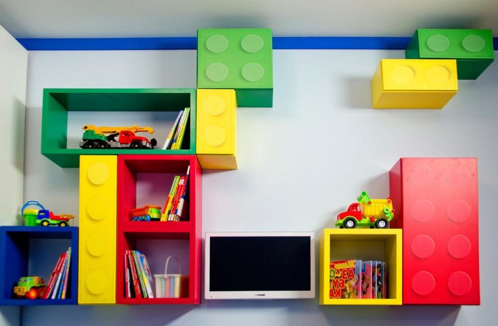 Étagères modulaires lumineuses sur le mur de la chambre des enfants