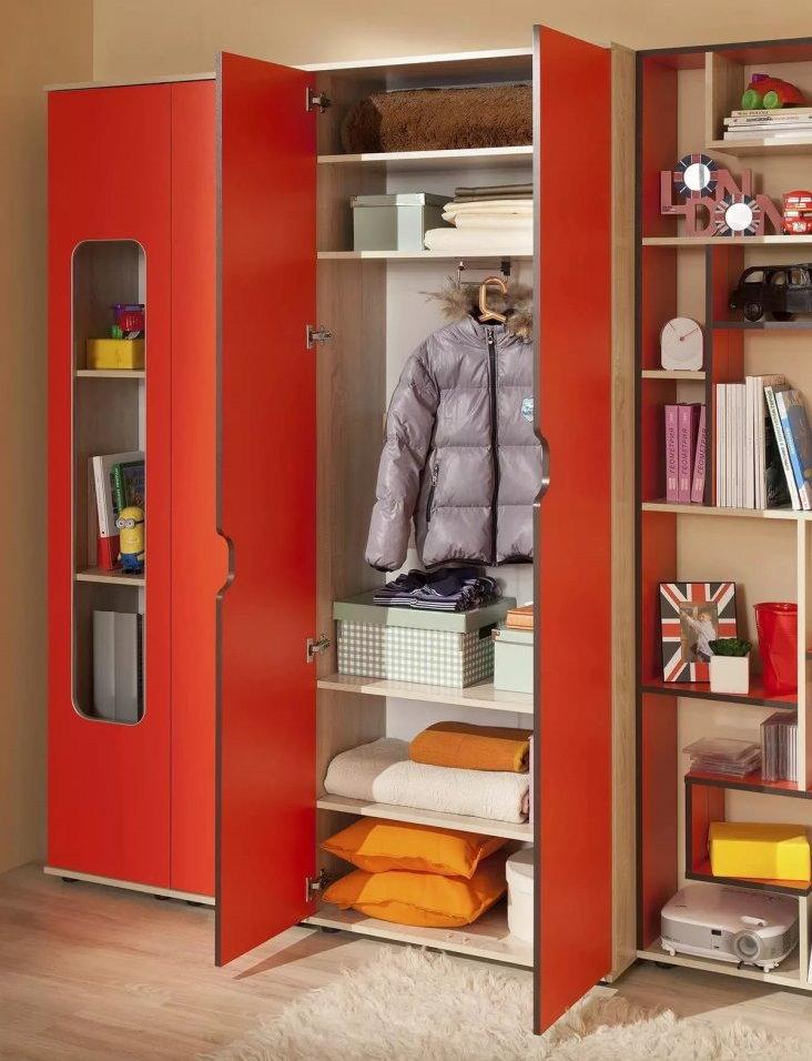 L'intérieur de l'armoire modulaire pour enfants