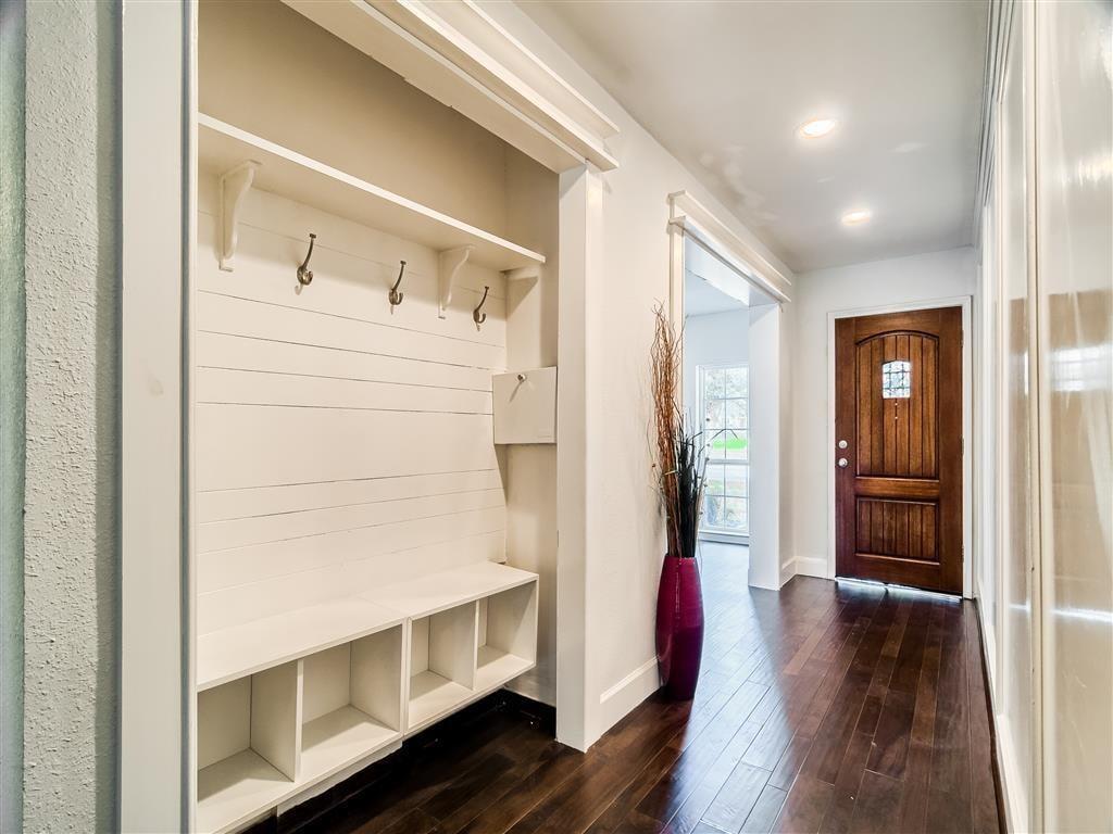 Cintre pour vêtements d'extérieur dans le couloir d'une maison privée