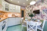 tapet cu flori în bucătărie