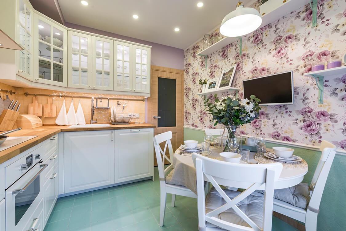 papier peint à fleurs dans la cuisine