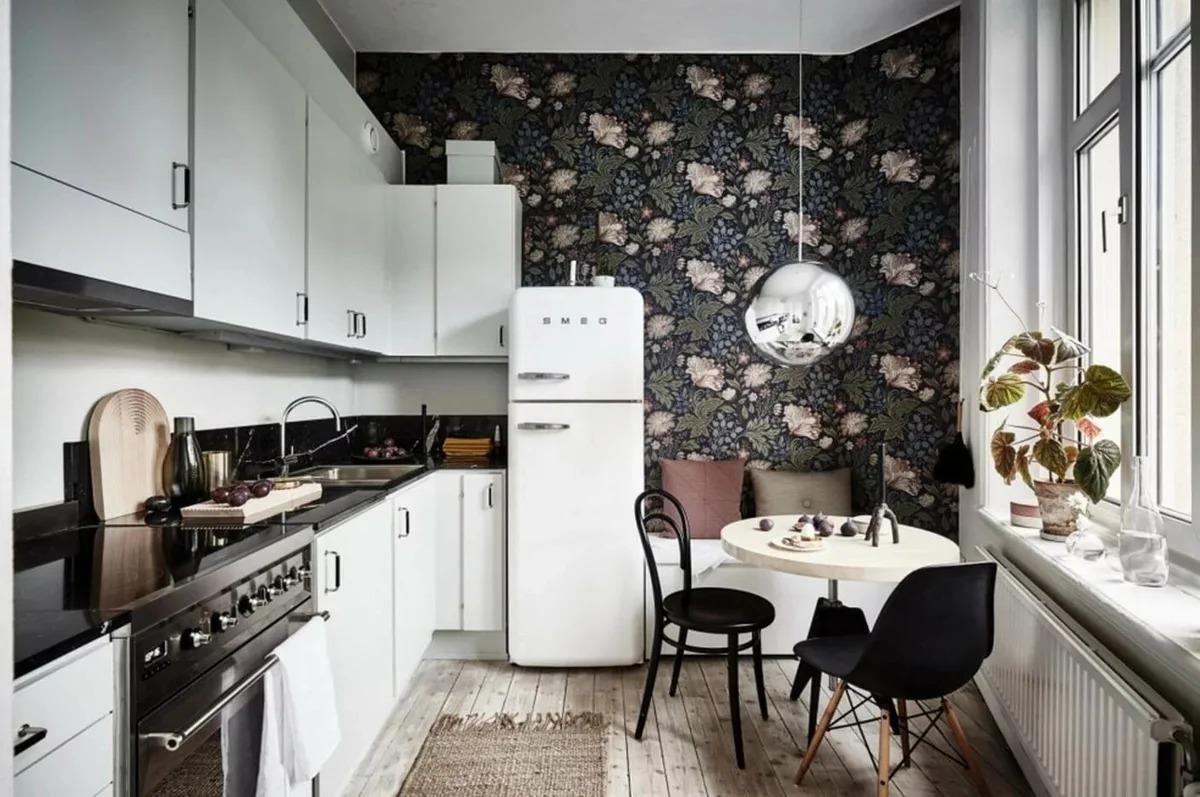 papier peint sombre sur une petite cuisine